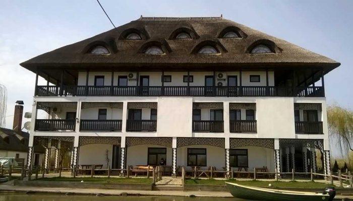 Intrare Hotel Pensiunea Delta Paradis, chiar pe malul canalului Dunavăţ
